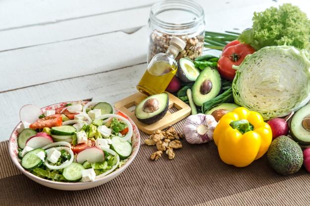 Fotografia com diversos alimentos saudáveis.